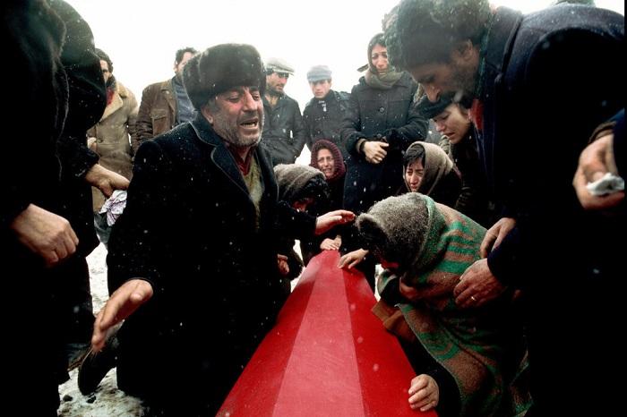 Борис Абгарзян возле гроба своего 17-летнего сына, которому не удалось пережить Спитакское землетрясение (Армения).