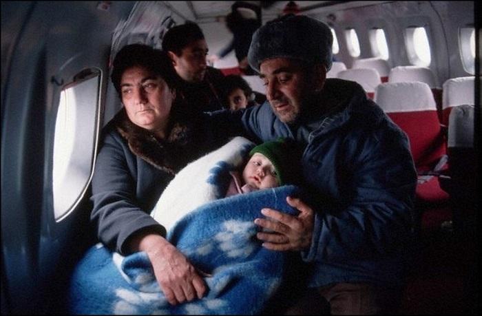 Эвакуация людей, которые выжили после землетрясения, произошедшего в декабре 1988 года в Армении.