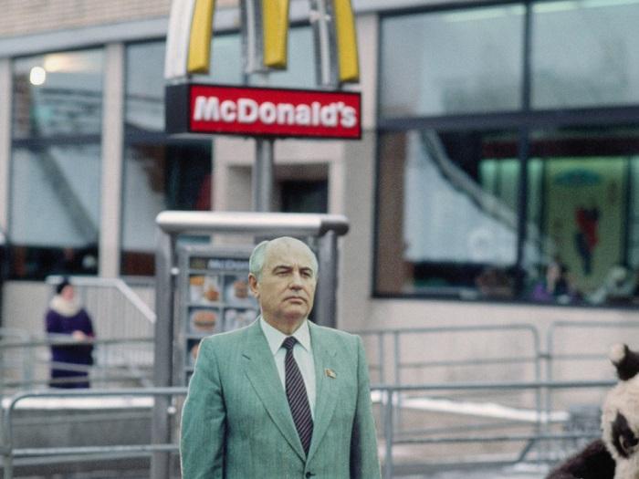 Михаил Горбачев позирует на фоне первого открывшегося в Москве ресторана быстрого питания «Макдональдс».