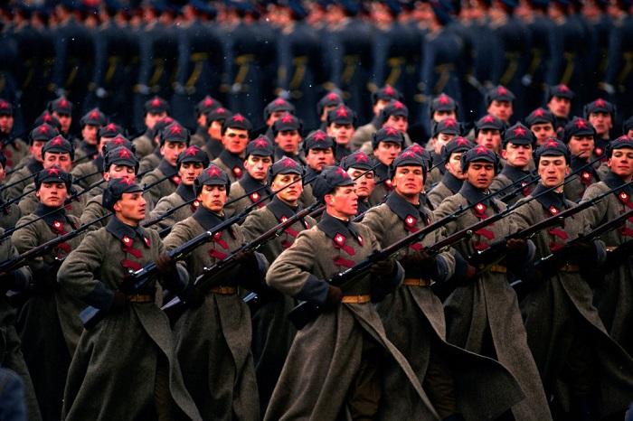 Участники военного парада, проходившего на Красной площади в Москве, в объективе известного американского фотожурналиста.