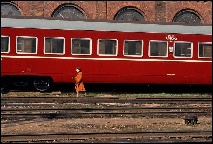 Одинокая женщина на одном из железнодорожных вокзалов Вильнюса.