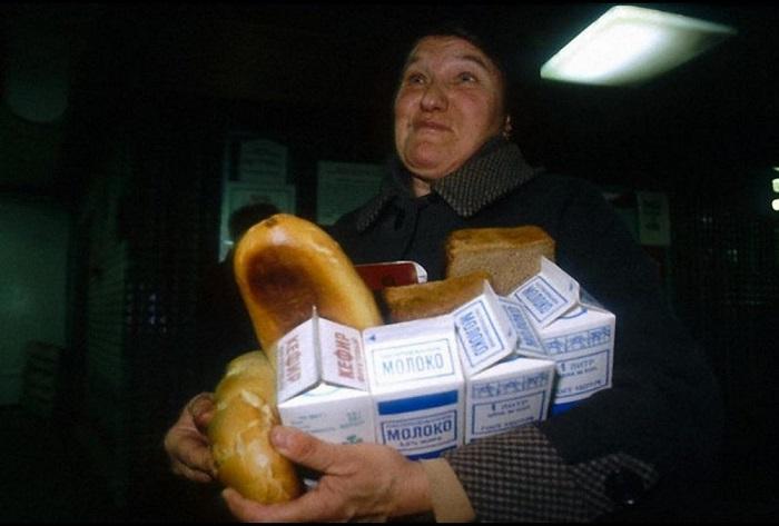 Жительница Москвы, возвращающаяся с покупками из продовольственного магазина.