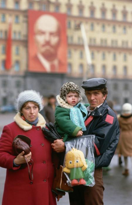 Жители столицы прогуливаются по Красной площади в Москве во время праздника.