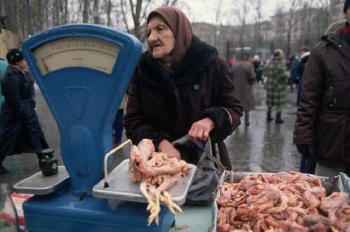 Старушка делает покупки на одном из продовольственных рынков Москвы.