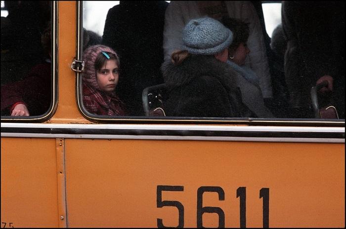 На снимке Питер Тернли запечатлел заметившую его девочку, которая проезжала мимо в переполненном городском автобусе в Москве.