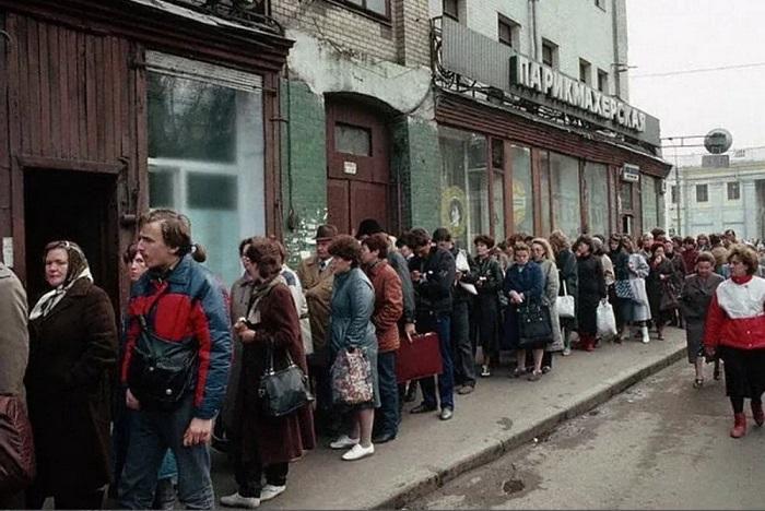 Длинная очередь за обувью, собравшаяся возле одного из магазинов российской столицы.