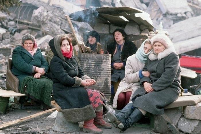 Жители, оставшиеся без крыши над головой после печально известного Спитакского землетрясения (Армения).