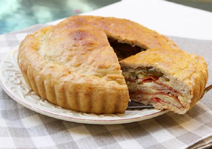 Двухслойный пирог с обилием начинки, который пекут хозяйки южной Италии к пасхальным праздникам.