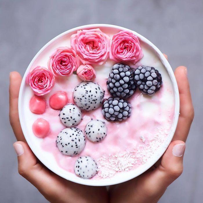 Розовые бутоны, замороженная ежевика и белые шарики из вкусного и полезного экзотического плода питахайи.