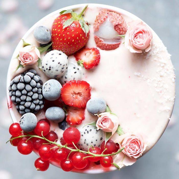Для украшения приготовленных завтраков, Самира использует много цветов, которые хранит в специальном холодильнике.
