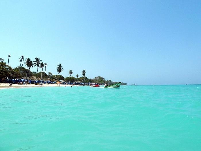 Пляж представляет собой участок белого песка.