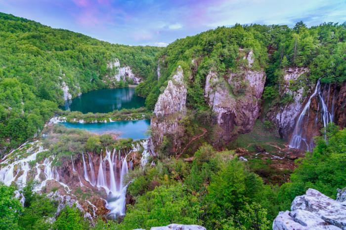 Водные потоки образуют 16 крупных карстовых озер с водой насыщенного бирюзового цвета.
