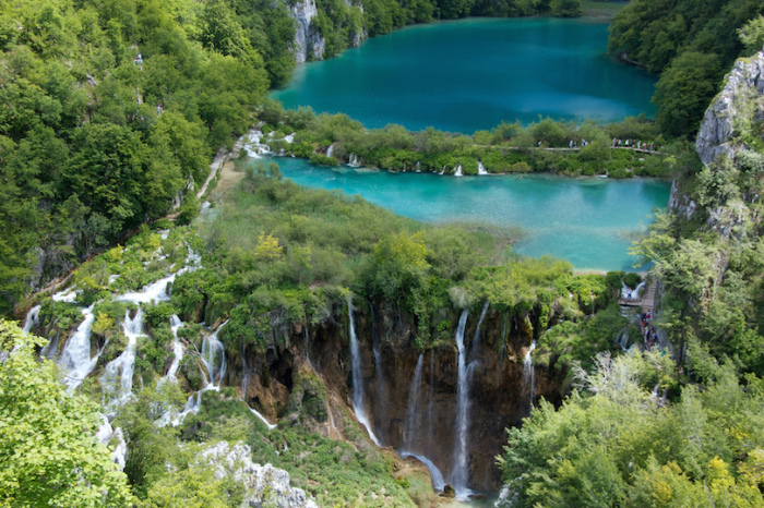 Озёра, расположившиеся ступенями, демонстрируют все оттенки синего, голубого и бирюзового цветов.