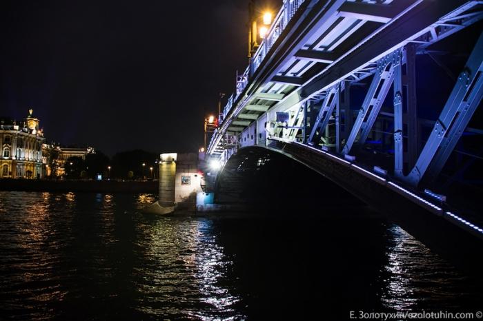 Еще мгновение и мост начнет подыматься.