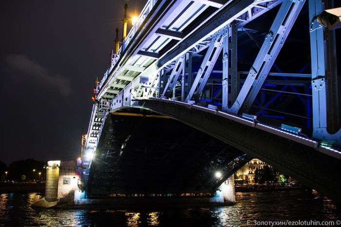 Разведение крыльев моста.