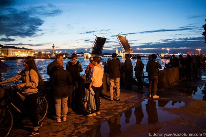 Много туристов приходят, чтобы увидеть, как разводится мост.