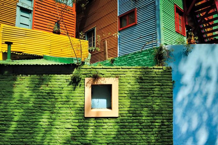 Здания в радужных тонах на улице Эль Каминито. Автор фотографии: Яцек Кадай (Jacek Kadaj).