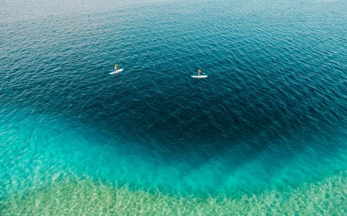 Доска для катания по гладкой воде с веслом. Автор фотографии: Хайден Скотт (Hayden Scott).