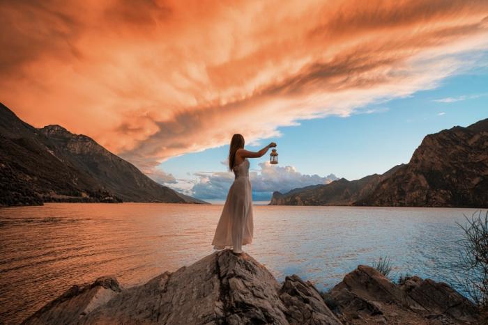 Девушка с фонариком любуется закатом. Автор фотографии: Маттиа Бонавида (Mattia Bonavida).