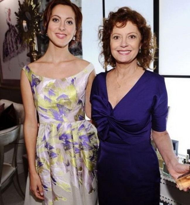 Дочь американской актрисы Сьюзан Сарандон и итальянского режиссера Франко Амурри выбрала карьеру актрисы, а с 7 лет Ева играла в проектах, где были заняты ее родители, и в школьных постановках.