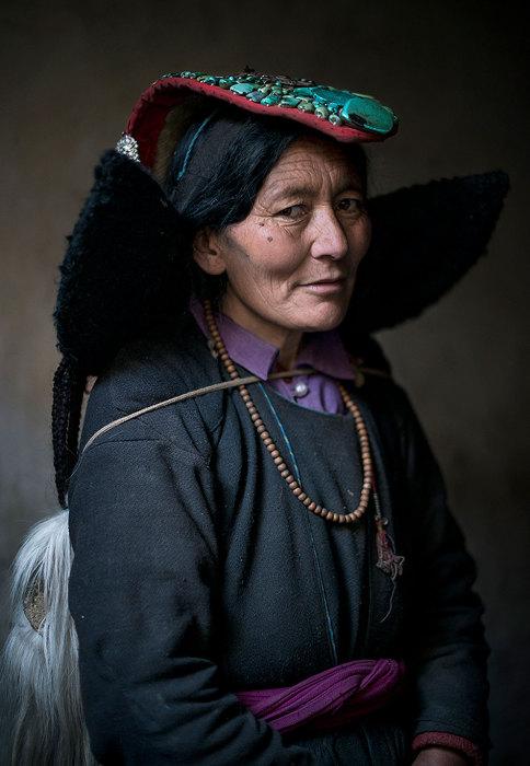 Представительница этнической группы в традиционном одеянии.