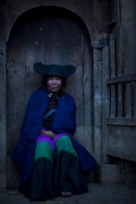 Представительница племени йи или еще их называют лоло.