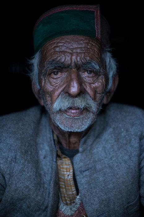 Пожилой мужчина в одеяниях, которые носят племя киннора.