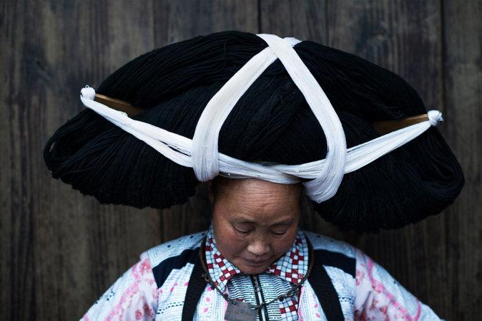 Женщина в огромном церемониальном парике.