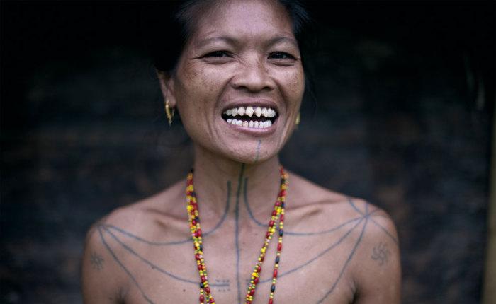 Женщина с необычной татуировкой, которая нанесена по всему телу.