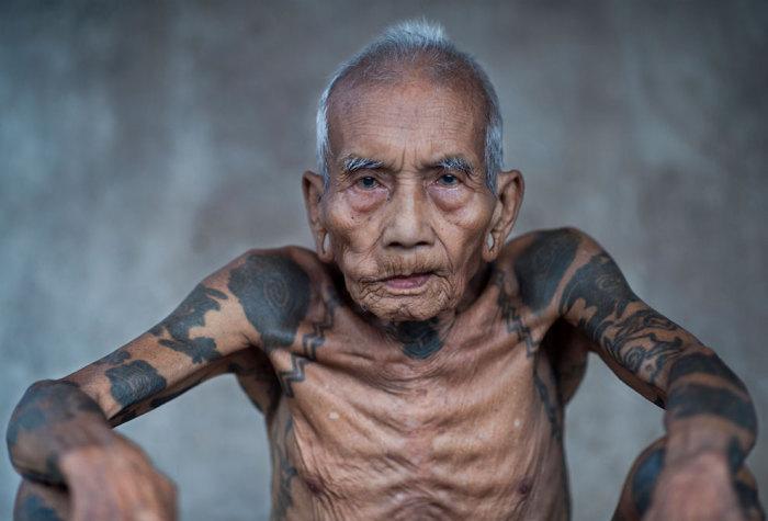 Мужчина племени айбанс с татуировками на руках.