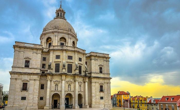 Самый величественный архитектурный памятник Лиссабона, его белоснежный купол словно парит над старой частью города. Фотограф - Владимир Кезлинг.