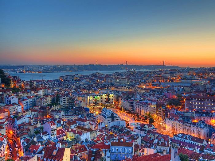 Ночные огни превращают Лиссабон в сказочное место, волшебные замки и крепости которого поражают воображение. Фотограф - Анастасия Буянова.