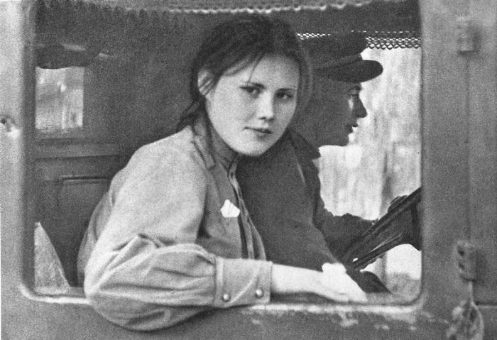 Девушка-военнослужащая из состава советских войск-освободителей Чехословакии в кабине грузовика. Май 1945 г.