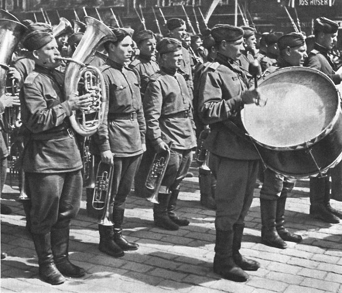 Советский военный оркестр на улице Праги.