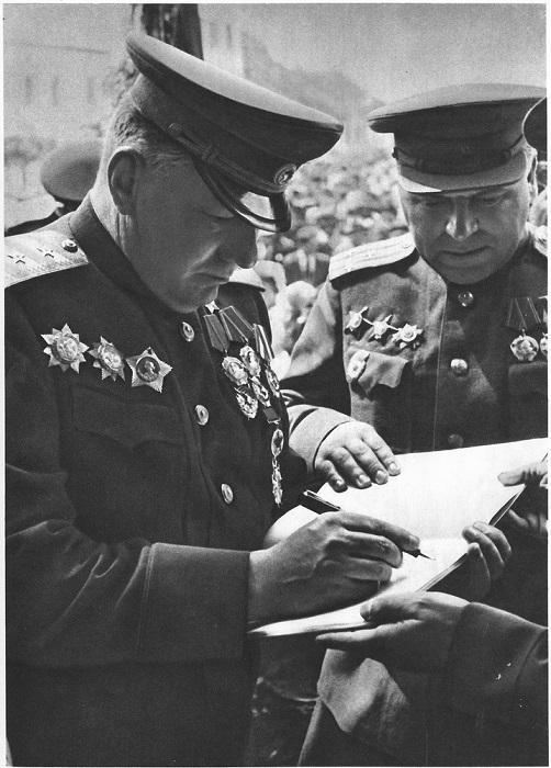 Советский генерал, Герой Советского Союза, расписывается на память в альбоме жителя Праги.