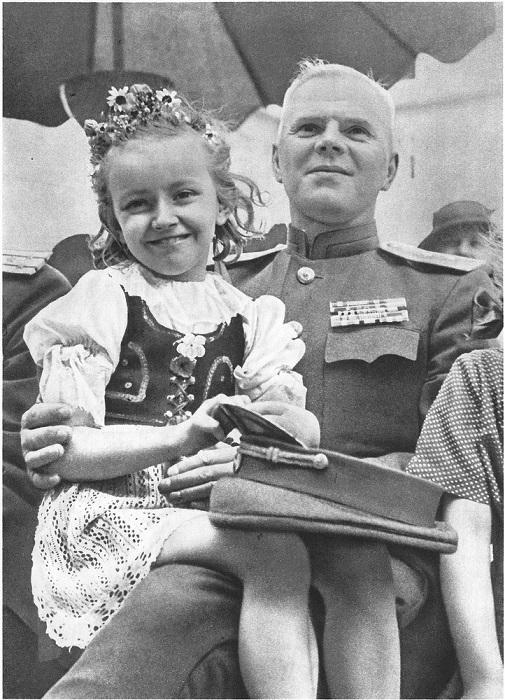 Чешская девочка на коленях у генерала-лейтенанта Красной Армии во время праздника в Праге.