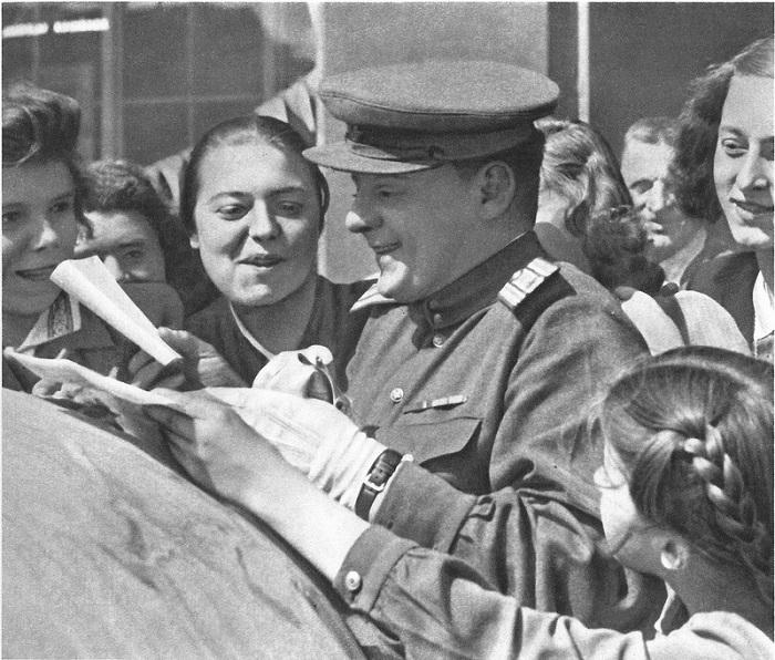Советский офицер в окружении жительниц Праги.