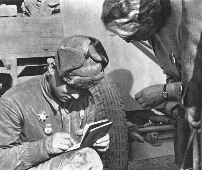 Советский солдат оставляет свой почтовый адрес жительнице Праги.