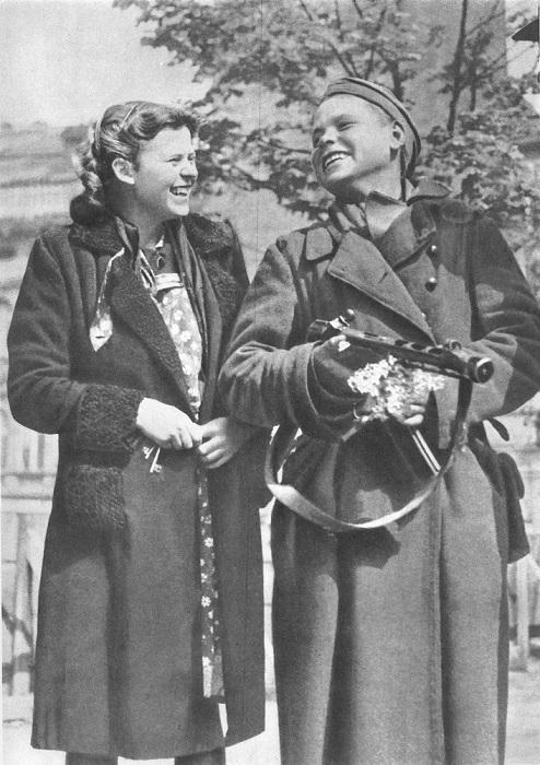 Чешский солдат, которому подарили цветы, с жительницей Праги.