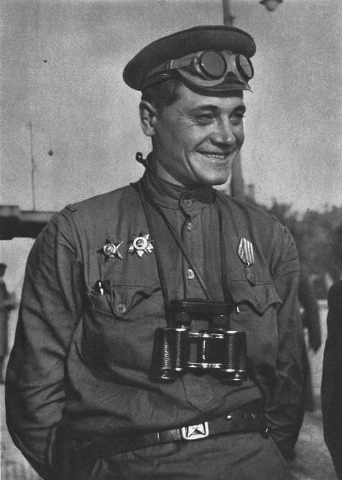 Военнослужащий в мотоциклетных очках и с биноклем в Праге.