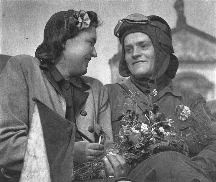 Жительница Праги с советским танкистом.