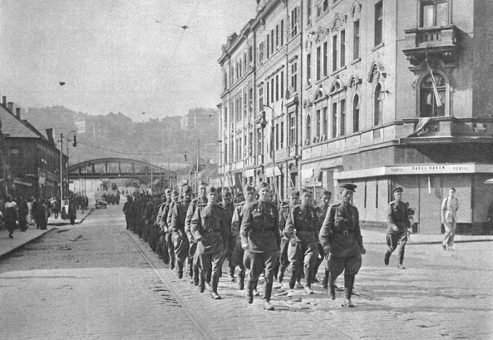Колонна советских солдат на улице Праги.