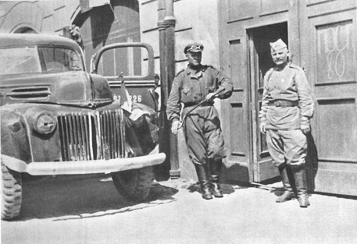 Советские водитель и караульный у дверей дома в Чехословакии.