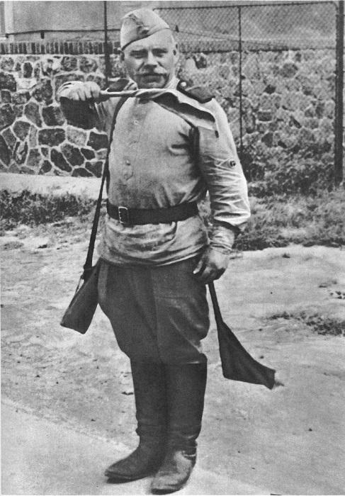 Советский солдат-регулировщик на улице в Чехословакии.