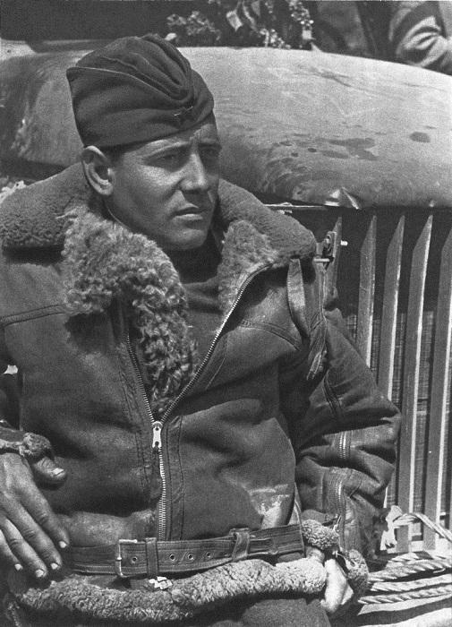 Солдат-водитель из состава освободителей Чехословакии у грузовика.