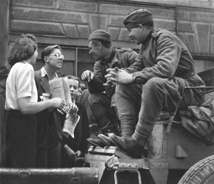 Советские солдаты общаются с жителями Праги.