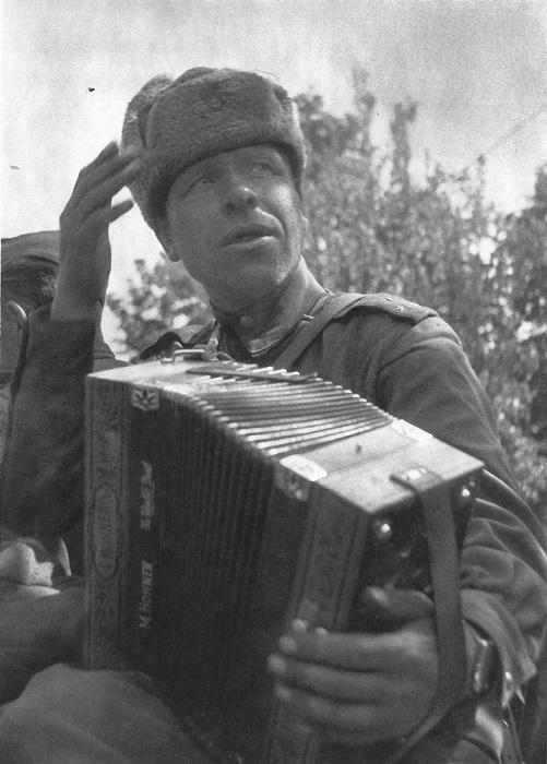 Старший лейтенант с аккордеоном.