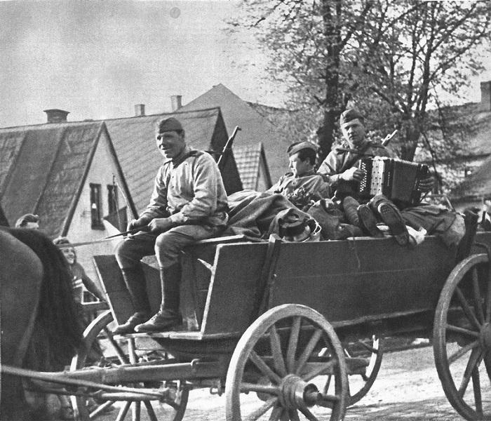 Советская колонна, приветствуемая местными жителями, проходит через чехословацкую деревню.