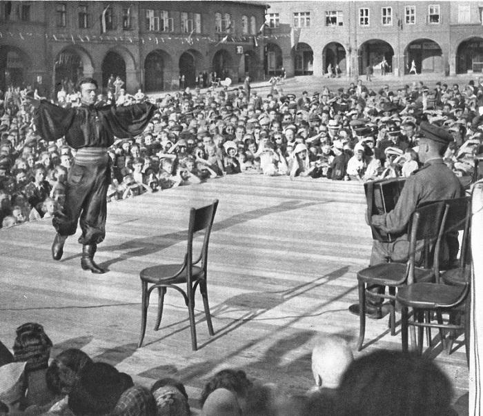 Концерт советских солдат для жителей Праги.