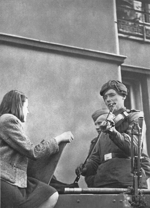 Советский танкист со скрипкой и с жительницей Праги.
